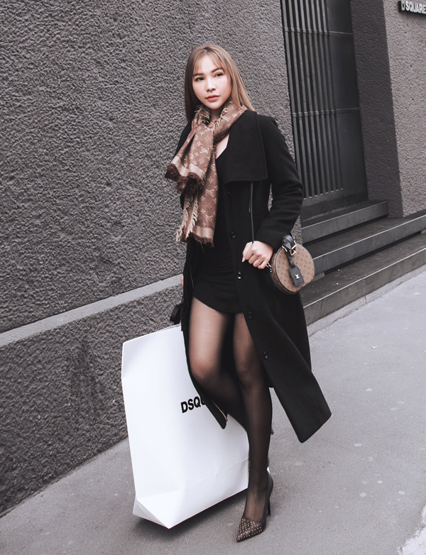 Diễn viên Quỳnh Thư khoe chân dài khi diện váy ngắn, đi tất mỏng dạo phố ở Milan.