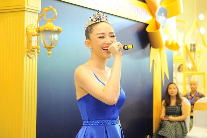 Năm 2018 tiếp tục đánh dấu một năm hoạt động nhiều thành công của Tóc Tiên. Mới đây, cô được bình chọn top 10 ca sĩ được yêu thích giải thưởng Làn sóng xanh, top 5 đề cử Ngôi sao âm nhạc giải thưởng Ngôi sao của năm do báo Ngoisao.net tổ chức.