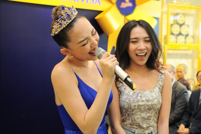 Một khán giả nữ hào hứng lên sân khấu song ca cùng Tóc Tiên.