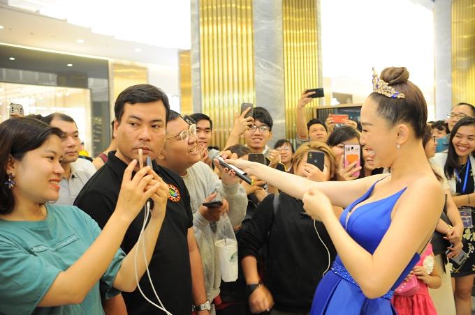 Tóc Tiên luôn nở nụ cười rạng rỡ xuyên suốt chương trình. Nữ ca sĩtâm sự cô thích thú được tham gia những sự kiện có không gian thân mật vì được giao lưu với khán giả.