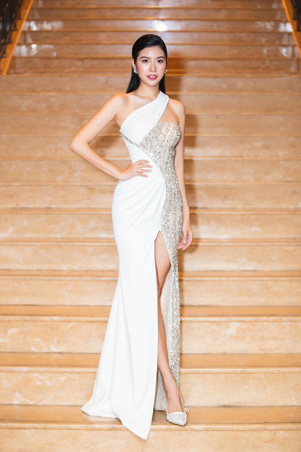 Đảm nhận vai trò giám khảo vòng sơ tuyển cuộc thi Hoa hậu Bản sắc Việt toàn cầu 2019, Á hậu Thúy Vân gây ấn tượng khi khoe đường cong trong thiết kế cắt xẻ gợi cảm, pha trộn chất liệu tinh tế.