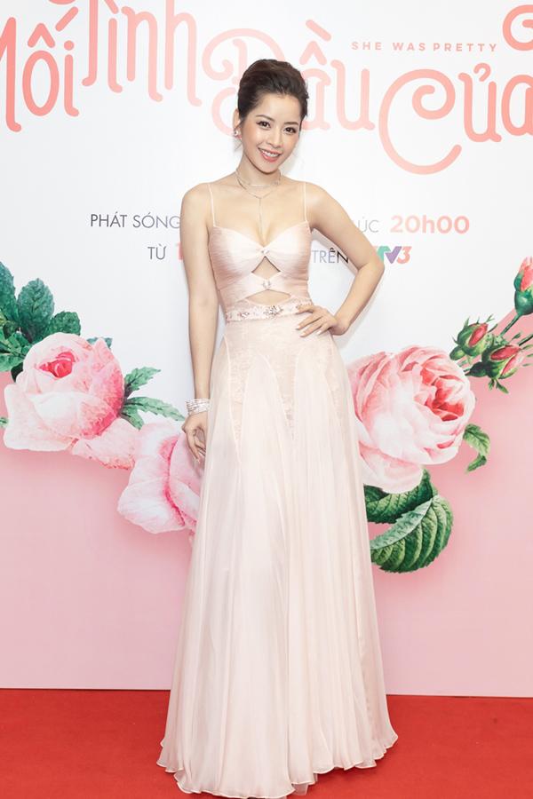 Chi Pu chọn phong cách  vừa ngọt ngào vừa sexy tới dự buổi  ra mắt phim Mối tình đầu của tôi.