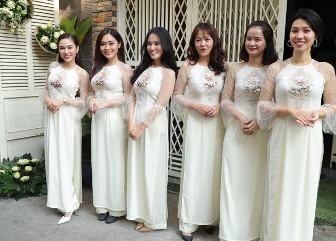 Ca sĩ Lưu Hiền Trinh (ngoài cùng bên trái) cùng nhiều bạn bè làm phù dâu cho Võ Hạ Trâm trong ngày vu quy.
