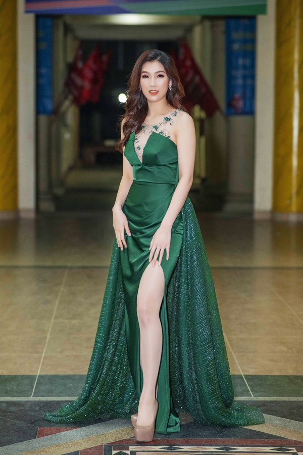 Trang phục tạo phom và đính kết khéo léo đem lại cho Hoa hậu  Phí Thùy Linh vẻ sang trọng, duyên dáng.