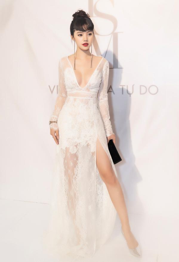 Hoa hậu Jolie Nguyễn tôn lên vẻ đẹp mong manh với chiếc váy ren trắng xuyên thấu mềm mại.