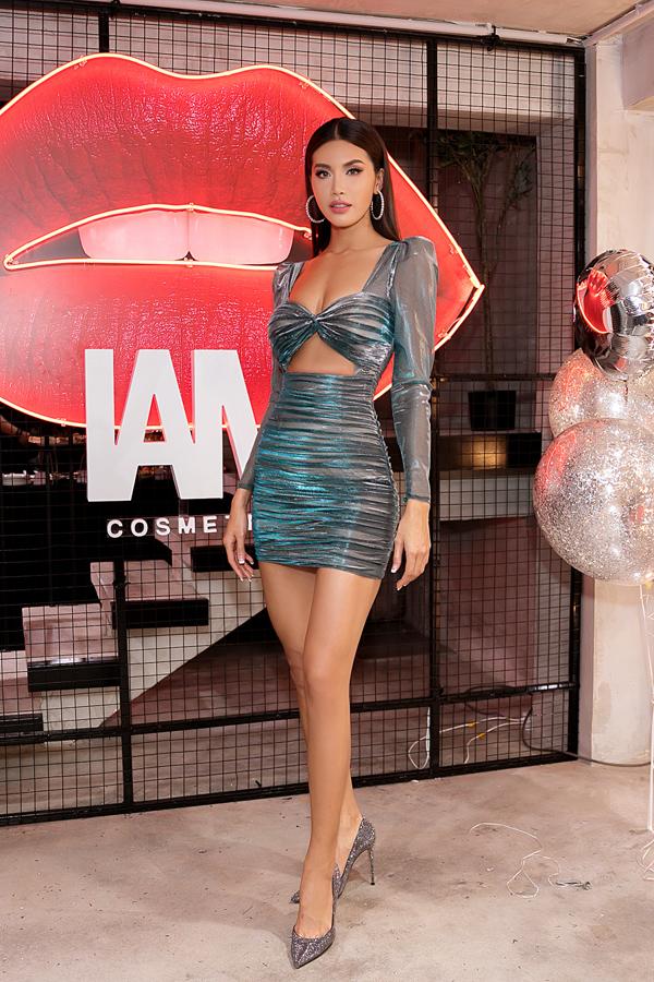 Thiết kế ôm sát, cắt khoét táo bạo giúp Minh Tú khắc hoạ hình ảnh quyến rũ, hiện đại.