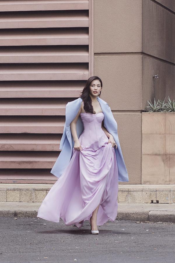 Vào mùa tiệc tùng cuối năm, phái đẹp Sài Gòn có thể thoải mái sử dụng váy lụa khoe vai trần. Còn các nàng khu vực phía Bắc có thể mix thêm áo khoác dạ để hoàn thiện set đồ đi tiệc.