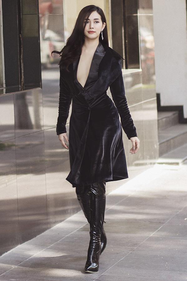 Những mẫu váy áo trên các chất liệu hợp mốt như vải nhung, vải lụa sẽ khiến người mặc trở nên cuốn hút và thể hiện độ sành điệu.