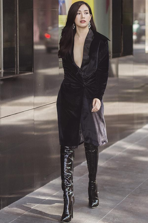 Vẫn áp dụng cách phối đồ đồng màu từ trang phục cho đến phụ kiện, Mai Thanh Hà tạo điểm nhấn cho hình ảnh của cô với đôi bốt da bóng bắt mắt.