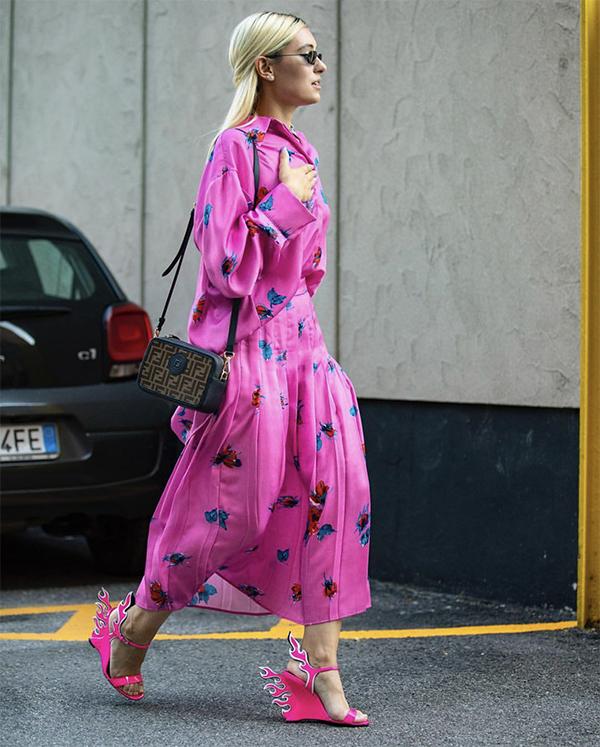 Hồng cánh sen, hồng pastel, hồng xám tro... biến hoá một cách linh hoạt trên nhiều phom dáng váy áo.
