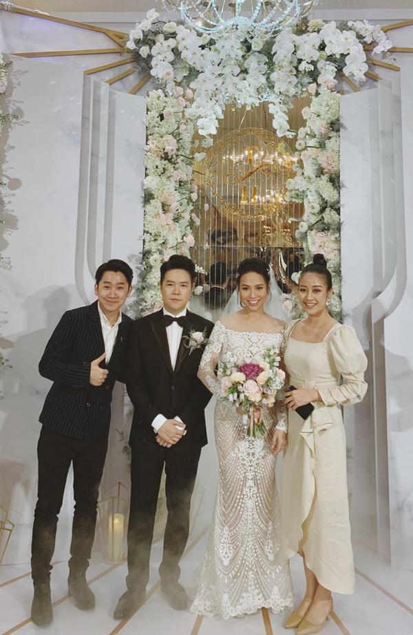 MC Tuấn Hải và MC Phí Linh rạng rỡ bên cô dâu, chú rể.