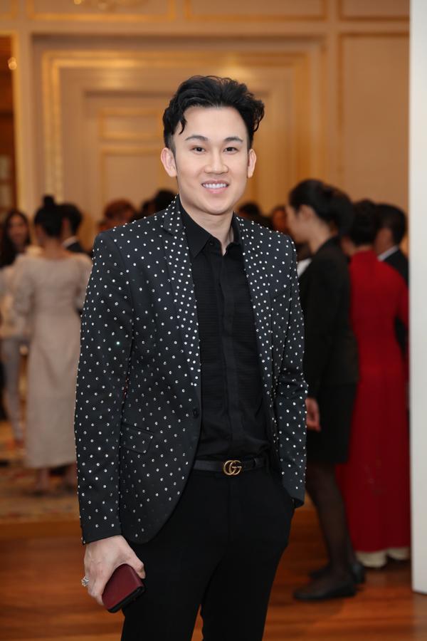 Ca sĩ Dương Triệu Vũ bảnh bao với vest chấm bi.