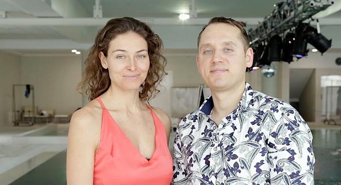 Hai nghệ sĩ  Marina Kazankova và Dmitry Malasenko trước buổi biểu diễn nhảy dưới nước không cần bình oxy ở bể bơi Y-40, Italy. Ảnh: Carter News Agency.