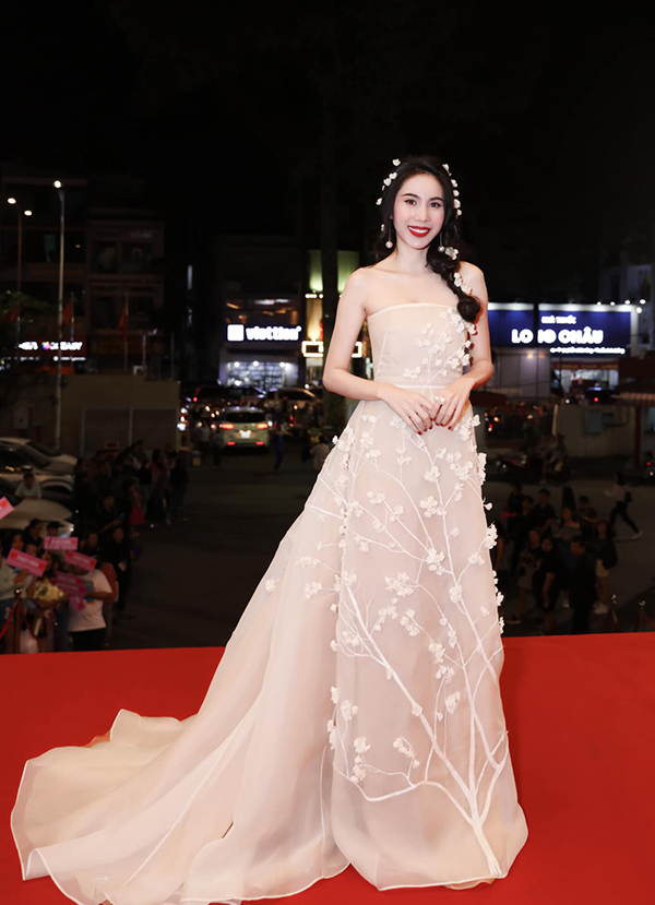 Ca sĩ Thủy Tiên nổi bật trên thảm đỏ lễ trao giải Làn sóng xanh nhờ mẫu váy màu nude đính hoa nổi lãng mạn.