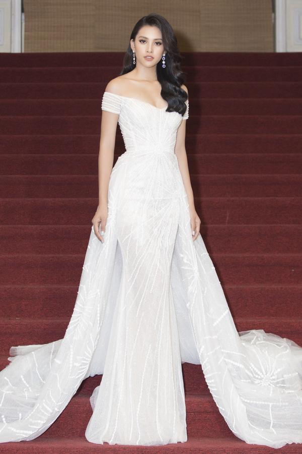 Bộ đầm đuôi cá vạt dài tha thướt giúp Hoa hậu Tiểu Vy thêm nổi bật tại  lễ trao giải Mai Vàng.