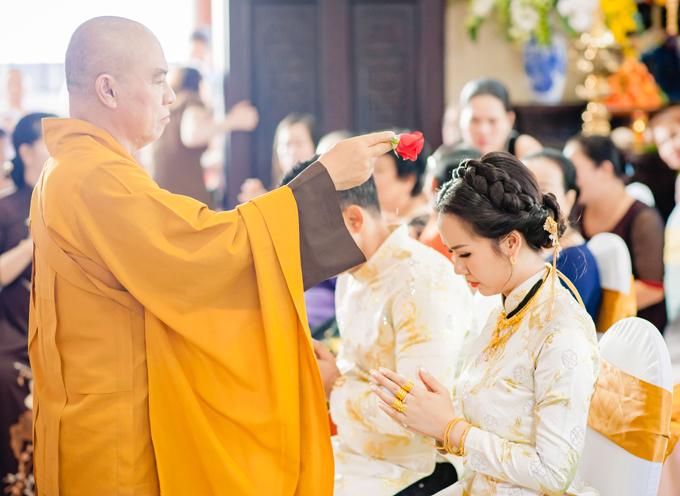 Sư thầy thực hiện những công đoạn cuối cùng của lễ hằng thuận trước khi cấp giấy chứng nhận là vợ chồng cho nữ ca sĩ và doanh nhân Ấn Độ.