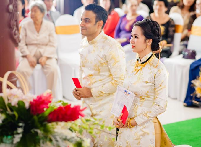 Hai vợ chồng nhận giấy chứng nhận đã hoàn thành nghi thức hằng thuận. Tối nay họ sẽ đãi tiệc cưới tại khách sạn 5 sao ở TP HCM, mời bạn bè, đồng nghiệp tới chung vui.
