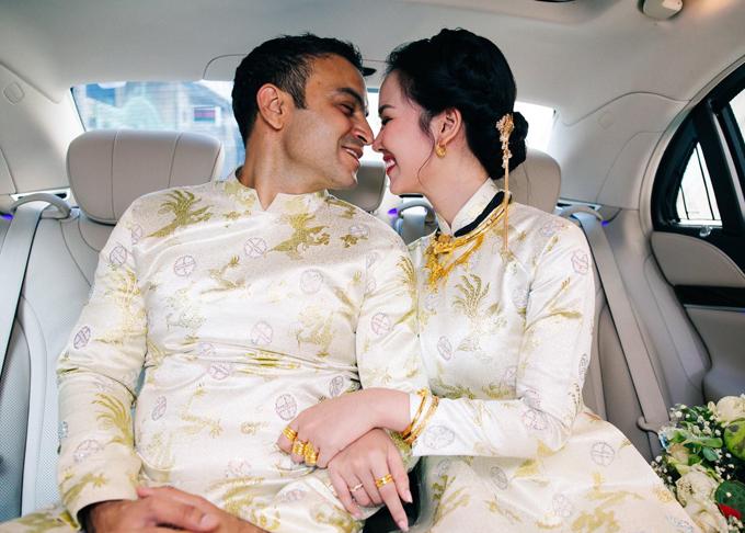 Sau khi thực hiện lễ gia tiên truyền thống tại nhà riêng ở quận Tân Bình, TP HCM, trưa 14/1 Võ Hạ Trâm cùng chồng Ấn Độ lên xe hoa di chuyển sang chùa Di Lặc ở quận Bình Tân làm lễ hằng thuận.