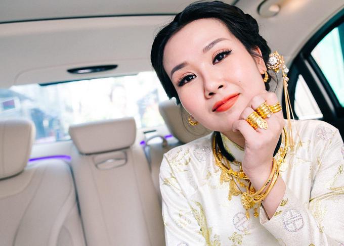 Cô dâu Việt Nam được bố mẹ chồng Ấn Độ tặng rất nhiều nữ trang vàng trong ngày cưới.