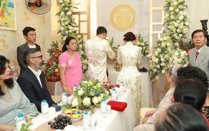 Cô dâu, chú rể làm lễ gia tiên trước bàn thờ nhà gái.