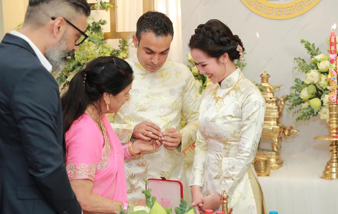 Bố mẹ chồng tặng nhiềutrang sức cưới cho Võ Hạ Trâm.