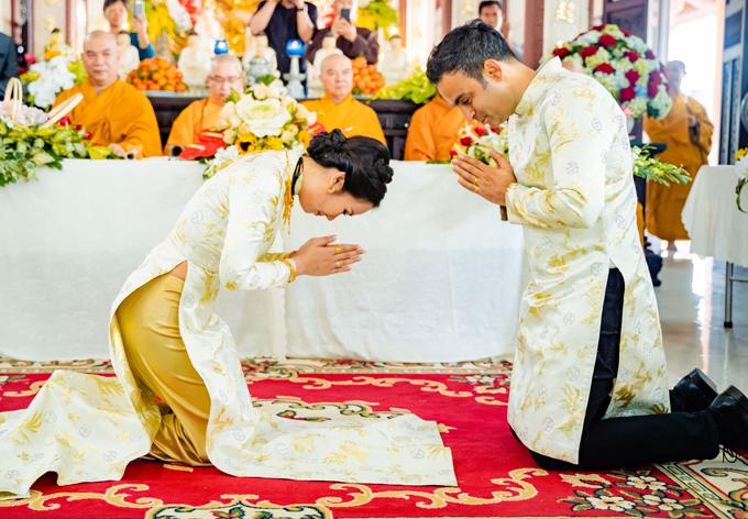 Cô dâu - chú rể hành lễ thể hiện sự tôn trọng họ dành cho nhau khi bước vào đời sống hôn nhân.