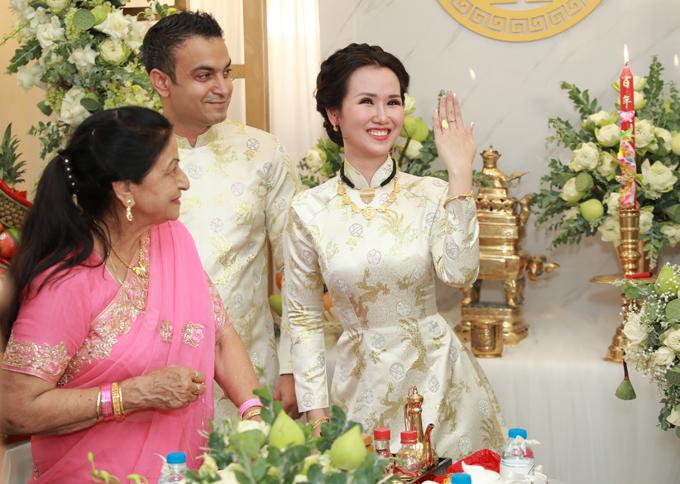 Sau khi được nữ ca sĩ hướng dẫn, ông xã cô đã hoàn thành nhiệm vụ. Võ Hạ Trâm khoe nhẫn cưới trên ngón tay áp út.