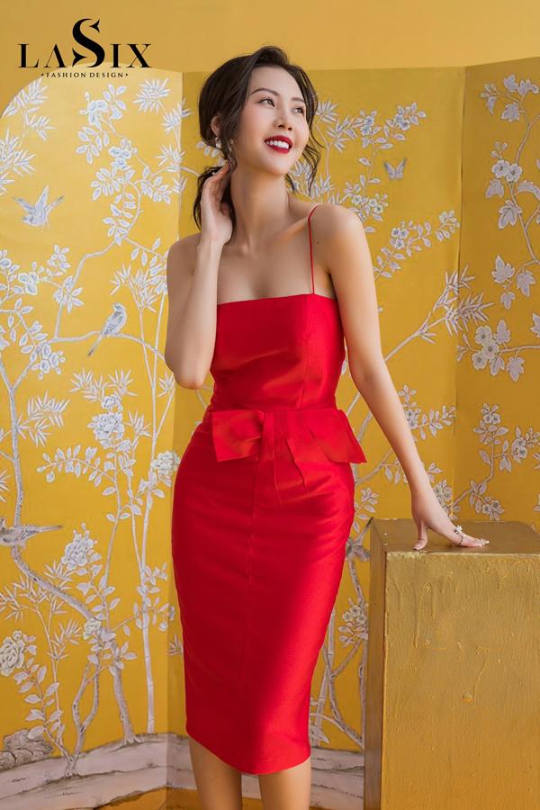 Gam đỏ rực rỡ đặc trưng của mùa Tết nổi bật trên form dáng ôm cổ điển, điểm nhấn nơ eo hay những đường cắt cúp đủ giúp tôn trọn nét dịu dàng cùng thân hình đồng hồ cát quyến rũ của bạn.