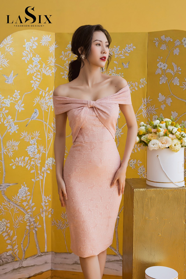 Ngọt ngào mà quyến rũ với đầm body gam hồng pastel.
