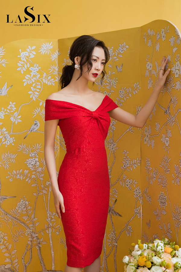 Những thiết kế trễ vai luôn là must-have item của mọi quý cô bởi nét quyến rũ khó cưỡng, giúp nàng khoe khéo đôi xương quai xanh gợi cảm.