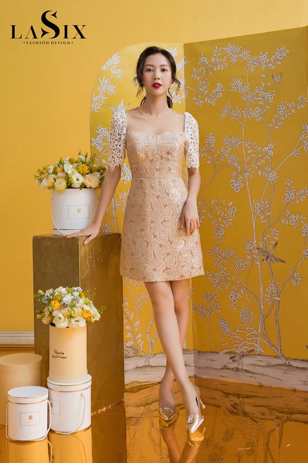 Gam màu vàng đồng sang trọng chính là vũ khí bí mật của nàng Thiết kế đầm dáng A trở nên mềm mại, nữ tính gấp bội khi được phối với phần tay vải ren, quyến rũ nhưng không hề phô trương.