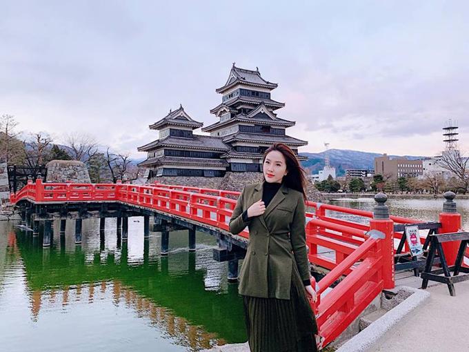 Thời trang phang thời tiết, Bảo Thy quyết tâm tạo dáng với áo vest mỏng trong cái lạnh âm 6 độ trước tòa lâu đài ở thành phố Matsumoto, tỉnh Nagano khiến mọi người xung quanh nhìn như người ngoài hành tinh. Đây là một trong 3 lâu đài nổi tiếng nhất Nhật Bản, bên cạnh lâu đài Himeji và lâu đài Kumamoto. Công trình này được bao quanh bởi một con hào in bóng mái đình cong cong, bên cạnhmột cây cầu đỏ nổi bật. Lâu đài được xây dựng vào thế kỷ 16, vào cuối thời đại Azuchi-Momoyama. Hàng năm, lâu đài Matsumoto cũng được lấy làm nơi tổ chức nhiều sự kiện văn hóa như: lễ hội hoa anh đào, triển lãm pháo truyền thống, lễ hội taiko và lễ trăng.