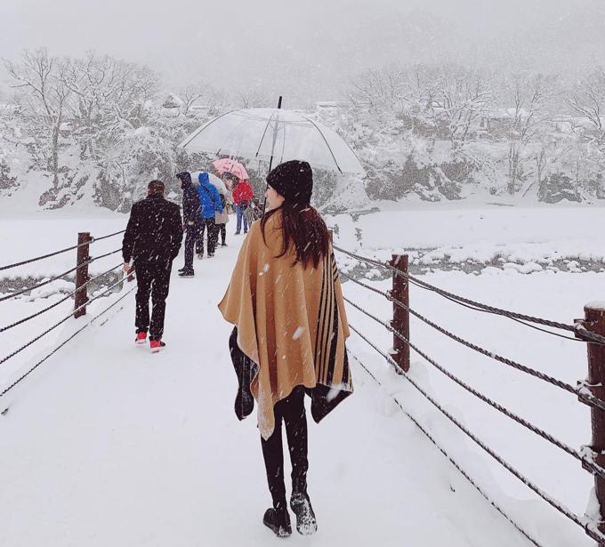 Làng cổ Shirakawa-go là một địa danh nằm trong wish list những nơi muốn đặt chân đến của Thy. Đây cũng là nơi Thy thích nhất trong chuyến đi Nhật vừa rồi của mình. Sau bao năm mơ ước, hôm nay cô gái 30 tuổi đã lần đầu tiên cảm nhận được tuyết rơi dày đặc đẹp và ấm áp như thế nào. Nhiệt độ là âm 10 độ C, có lúc là âm 12 độ C, lạnh khủng khiếp, Bảo Thy chia sẻ. Đường vào ngôi làng cần phải đi qua một cây cầu bắc qua sông nhưng vào mùa đông thì tất cả chỉ còn là màu trắng xóa của tuyết. Khi đi qua cầu, mọi người đều phải chú ý để tránh trơn trượt.