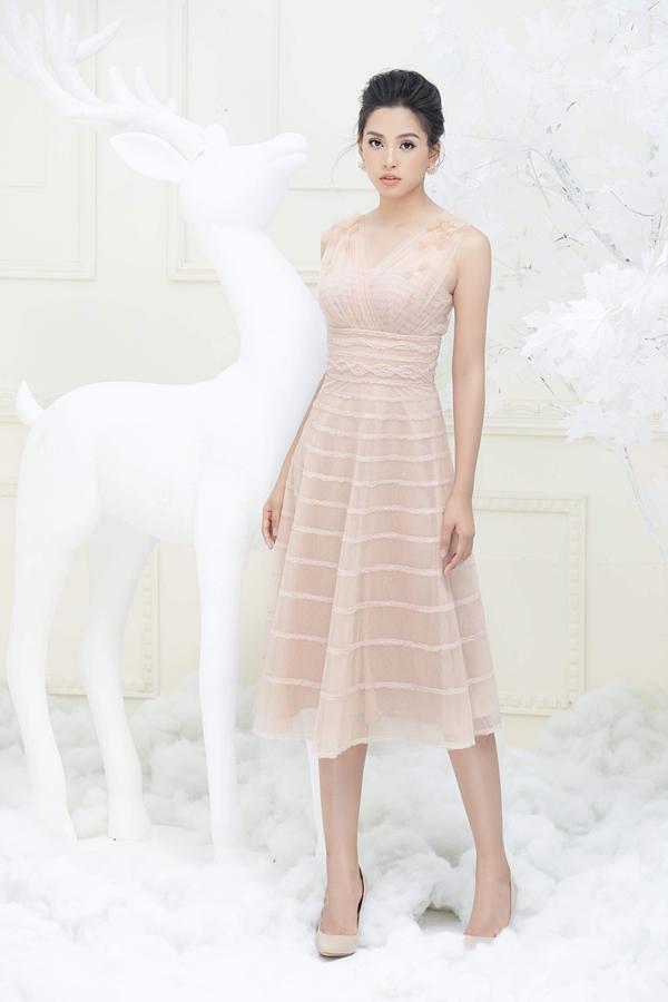 Hoa hậu Việt Nam 2018 Tiểu Vy khoe vẻ mong manh, gợi cảm trong thiết kế renxuyên thấu.