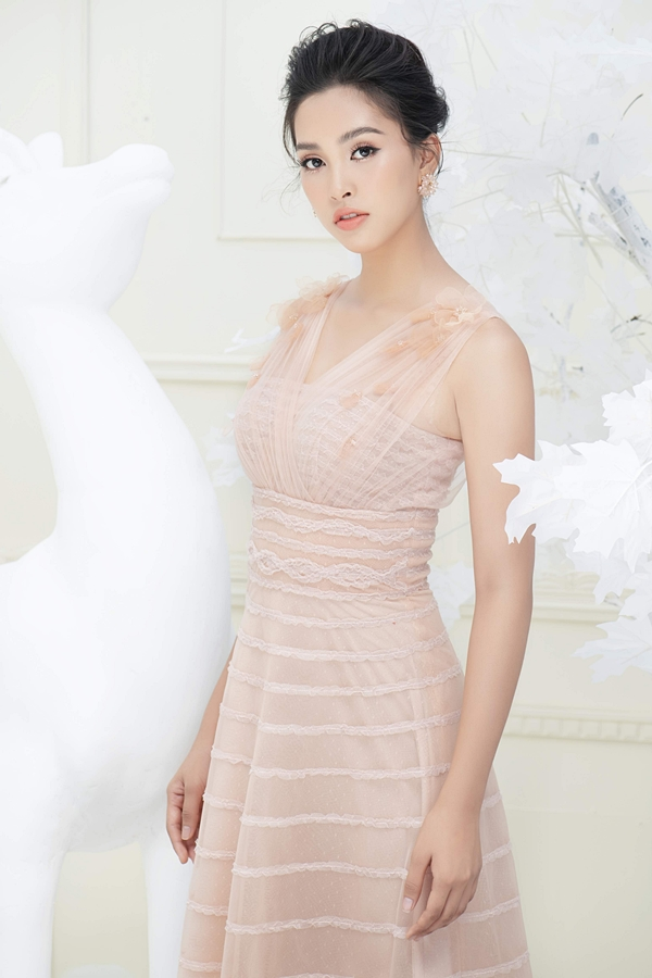 Họa tiết hoa thêu nổi và những đường viềnđược đính kết tỉ mỉ, hài hòa với phom dáng của chiếc váy.