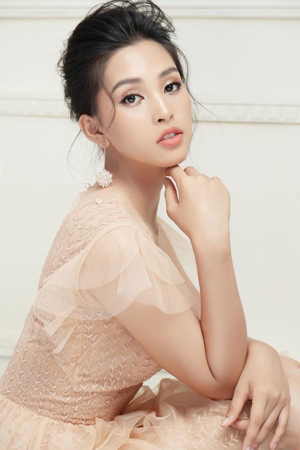 Người đẹp gợi ý thêm kiểu tóc búi cao thanh lịch, tôn lên đường nét gương mặt.