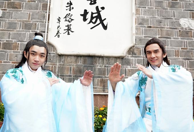Ca sĩ Trung Quang - quán quânThần tượng Bolero (trái) đóng vai phản diện trong MV Mưa trên cuộc tình. Sản phẩm này phát hành 5.000 bản DVD và phát trực tuyến trên các kênh nghe nhạc vào 20h tối 16/1.