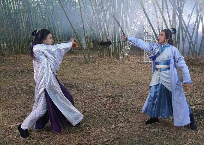 Đan Trường có màn tỉ thí bằng kiếm trong rừng trúc rất giống cảnh quay trong các bộ phim cổ trangcủa Trung Quốc. Anh Bo đã dành nhiều thời gian luyện võ để tự thể hiện các pha hành động, võ thuật. Nam ca sĩ phải khởi động, chuẩn bị kỹ lưỡng để không bị trật khớp, chấn thương.