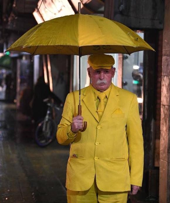 Từ ô đến các phụ kiện như cà vạt, giày, đồng hồ, ốp điện thoại của ông Abu Zokkour đều có màu vàng. Ảnh: Facebook.