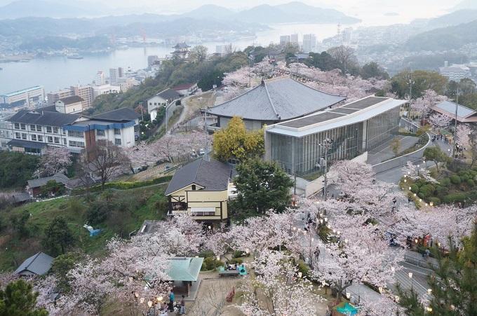 Công viênSenkojilà địa điểm ngắm hoa anh đào được yêu thích nhất ở thành phố Onomichi thuộc tỉnh Hiroshima.Công viên được xây dựng vào năm 1894, vớigần 10.000 cây anh đào ở đây. Chủ yếu là giống đào Somei-yoshino, ngoài ra còn bao gồm cả cây anh đào nhánh rũ (shidare) và hoa đào Sato. Vào tháng 4, từ đài quan sát trên đỉnh núi, du khách có thể tận hưởng một cảnh tượng tráng lệ của thành phố Onomichi và các đảo chung quanh. Ở đó còn có Bảo tàng Nghệ thuật Thành phố, Bungaku-no-komichi (con đường văn học)và một công viên vui chơi rất thu hút trẻ em.