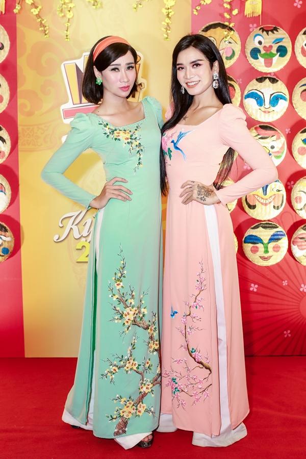 Hai nghệ sĩ hài Hải Triều (trái), B Trần giả gái, diện áo dài thêu hoa mai, hoa đào làm điểm nhấn. Năm qua, cả hai trở thành gương mặtđược đông đảo khán giả yêu mến với nhiều sản phẩm parody hài hước.