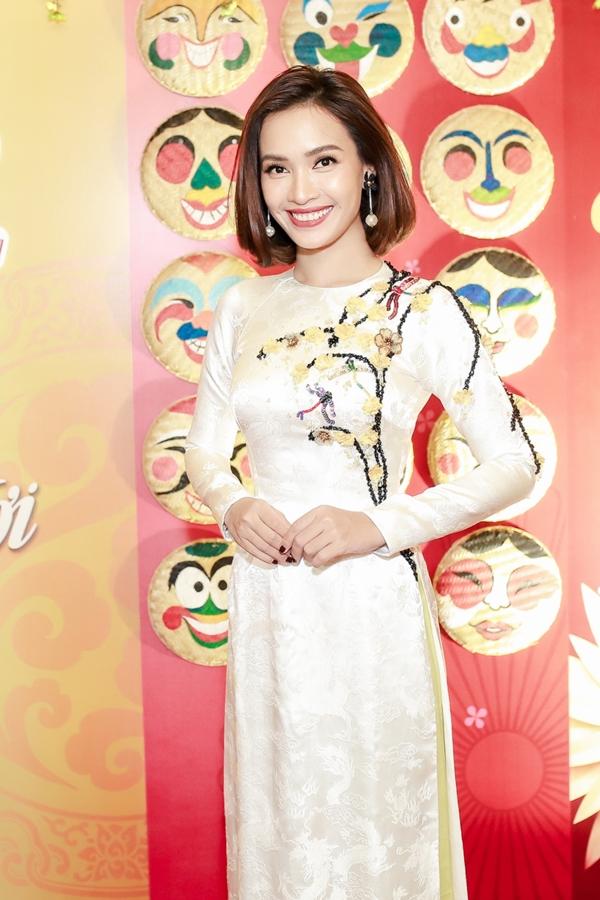 Ca sĩ Ái Phương khoe nụ cười rạng rỡ. Sau 6 năm thực hiện, Gala nhạc Việt góp phần làm giàu thêm kho tàngâm nhạc ngày Tết với hơn 200 ca khúc nhạc xuân đượcsản xuất và phát hành.
