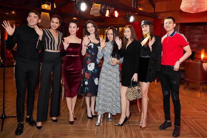 Từ trái sang: người mẫu Minh Trung, Hoa hậu Ngọc Châu, Hoa hậu Minh Phương, Ngọc Trinh, doanh nhân Phượng Chanel, Hoa hậu Hải Dương, người mẫu Võ Cảnh (áo đỏ).