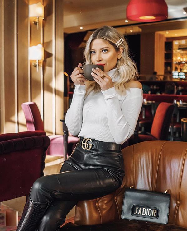 Phối trang phục trắng đen tương phản là phong cách được nhiều bạn gái ưa chuộng. Ở mùa này, các nàng có thể diện các kiểu áo len, áo dệt kim cao cổ cùng legging da.