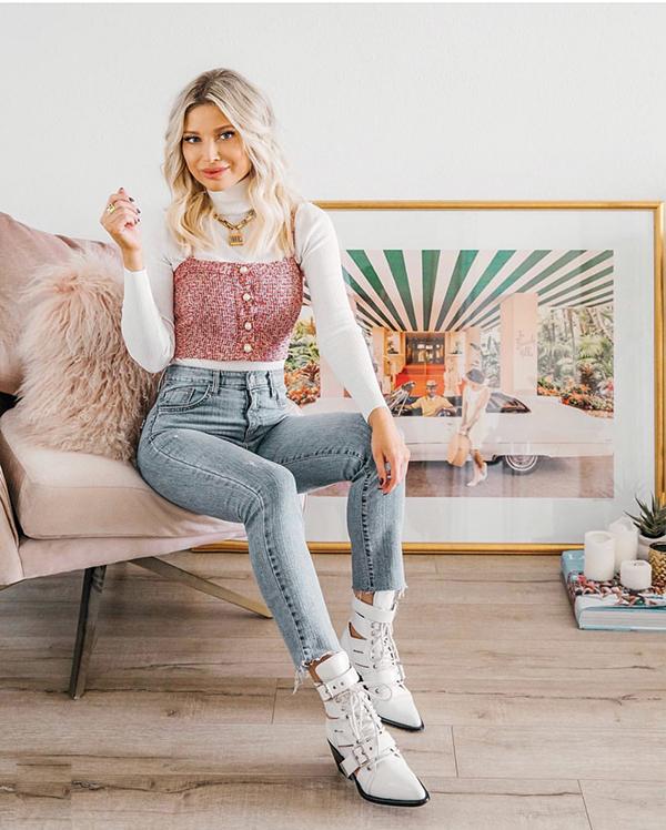 Bên cạnh lối diện quần jeans và áo thun trắng thông thường, các nàng có thể khiến hình ảnh của mình cuốn hút hơn khi mix thê các mẫu áo hai dây sắc màu ngọt ngào.