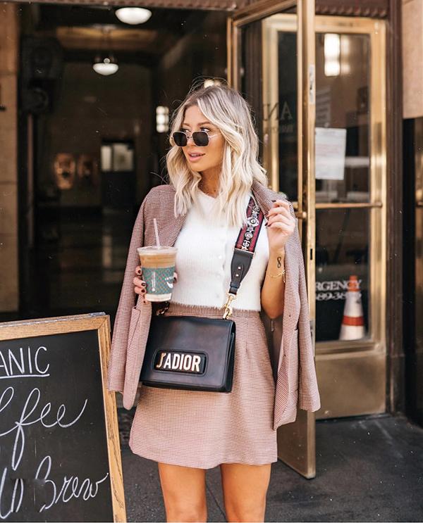 Phong cách gợi cảm và thanh lịch với thiết kế áo khoác dáng lửng đồng điệu cùng chân váy ngắn. Tông màu mang đến nét thanh nhã cho set đồ là sắc trắng của áo thun kiểu basic.