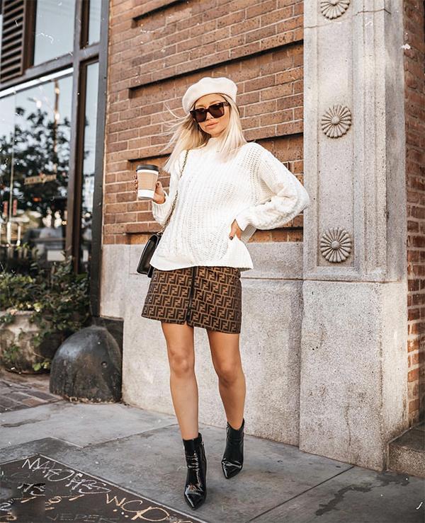Mặc chân váy ngắn cùng các kiểu áo len ấm áp là phong cách được nhiều bạn gái phía Bắc ưa chuộng ở ngày đầu đông. Phụ kiện không thể thiếu là các mẫu bốt cổ thấp hợp trend.