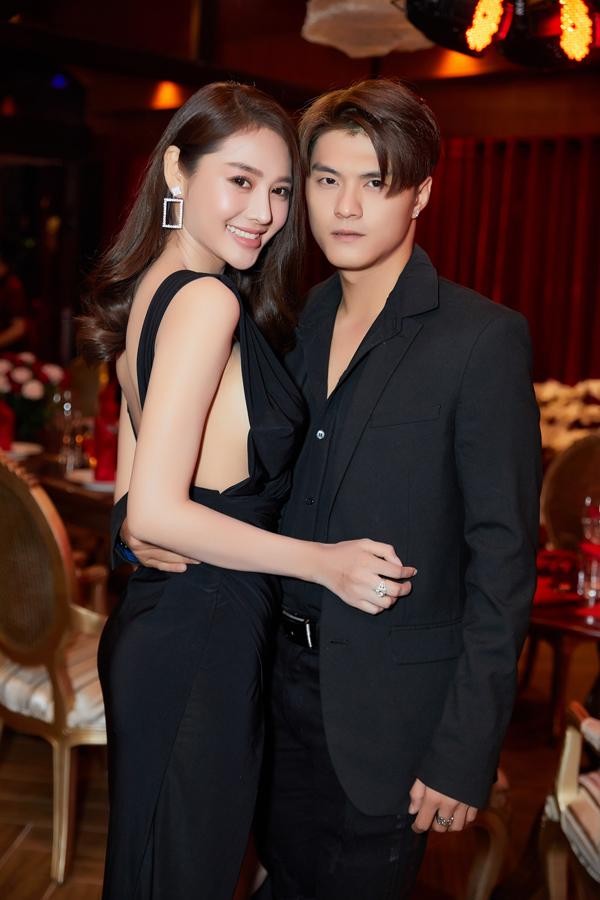 Linh Chi, Lâm Vinh Hải ôm ấp tình tứ khi xuất hiện tại event.