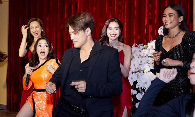Nữ ca sĩ còn lôi kéo Lâm Vinh Hải, Phương Anh Đào, Lan Ngọc, Mâu Thuỷ lên sân khấu để nhảy nhót cùng giai điệu sôi động.