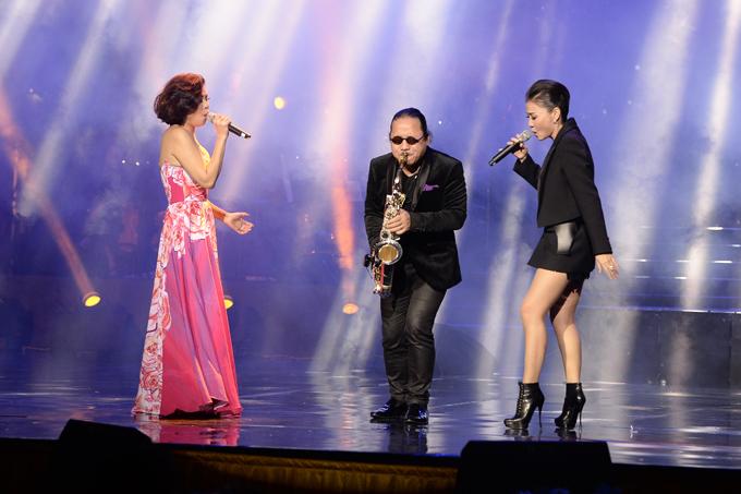Cựu thành viên nhóm 3A còn kết hợp biểu diễn Saving my love for you với Thu Minh và nghệ sĩ saxophone Trần Mạnh Tuấn.